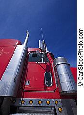 rojo, camión de transporte, con, cielo azul
