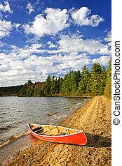 rojo, canoa, en, orilla de lago