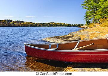 rojo, canoa, en orilla