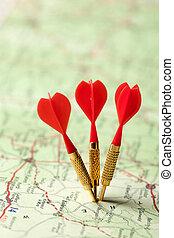 rojo, dardos, en, un, mapa de camino