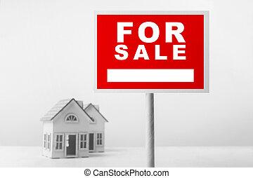 rojo, en venta, signo bienes raíces, delante de, casa pequeña, model.