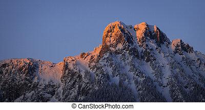rojo, encendido, pico, de, austríaco, montaña, en, ocaso, en, invierno