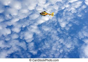 rojo, helicóptero, en, cielo azul