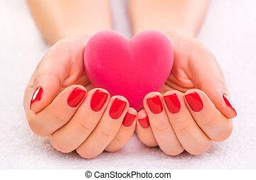 rojo, manicura, con, caja obsequio, en, el, toalla blanca