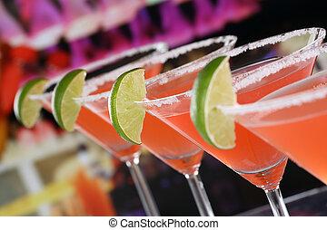 rojo, martini, cócteles gafas, en una barra