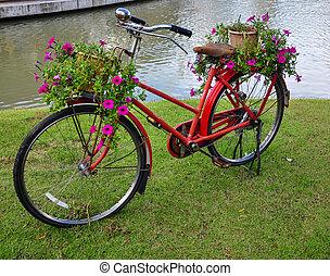 rojo, pintado, bicicleta, con, un, cubo, de, flores coloridas
