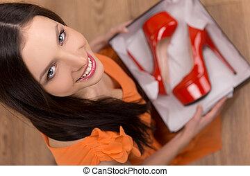 rojo, talonado, shoes., punta la vista, de, hermoso, mujer joven, tenencia, un, caja abierta, con, rojo, talonado, shoes, en, él
