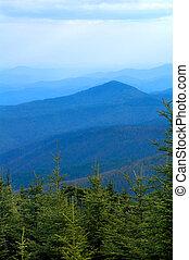 rokerige bergen, blauwe kam