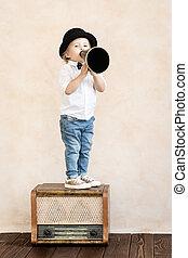 rolig, barn spela, med, svart, retro, megafon