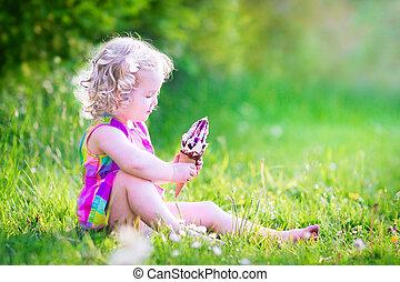 rolig, flicka, äta, glass, i trädgården