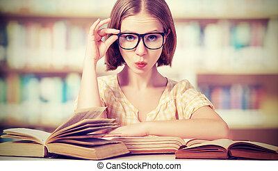 rolig, flicka studerande, med, glasögon, läsning, böcker