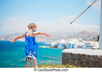 rolig, liten flicka, med, förbluffande, synhåll, på, litet venedig, den, mest, populär, turist, område, på, mykonos ö