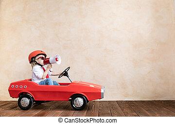 rolig, unge, drivande, leksak bil, hemma