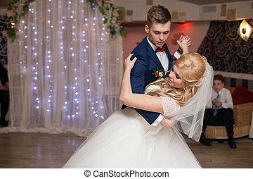 romántico, baile, pareja, elegante, recepción, boda, primero, vestíbulo, recién casados