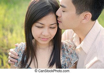 romántico, chino, pareja, parque, frente, besar