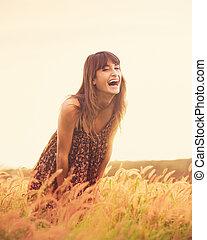 romántico, modelo, en, vestido de sol, en, dorado, campo,...
