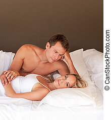 romántico, pareja joven, acostado, en, un, cama