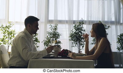 romance, restaurant., amour, romantique, gens, couple, heureux, jeune, dîner, date, tintement, boire, champagne, amende, concept., coûteux, lunettes