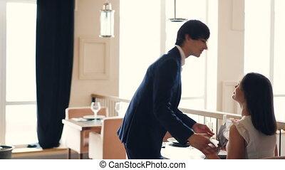 romance, sien, elle, gens, concept., séance, bien-habillé, sourire., type, alors, baisers, petite amie, table, restaurant, dater, apporter, fleurs, heureux