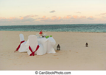 Romantic dinner on the beach - Romantic wedding dinner on...