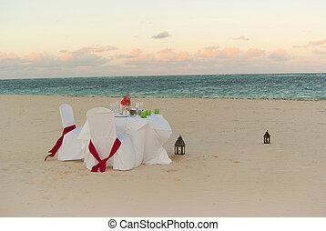 Romantic dinner on the beach - Romantic wedding dinner on...