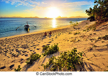 romantico, coppia felice, godere, uno, bello, tramonto, spiaggia, o
