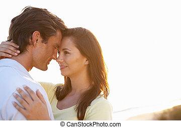 romantico, giovane coppia, amore, a, tramonto