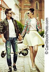romantico, ritratto, di, uno, camminare, coppia