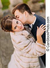 romantico, sposo, baciare, brunetta, sposa, su, il, collo, colpo, closeup