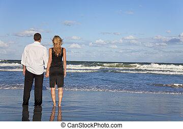 romantico, uomo donna, mani titolo portafoglio coppia, su, uno, spiaggia