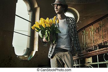 romantico, uomo, presa a terra, mazzo, tulips