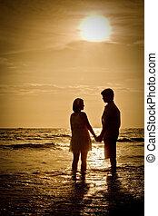 romanticos, cena, de, pares, praia, com, pôr do sol