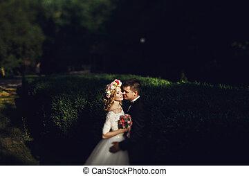 romanticos, noivo, jovem, abraçando, noiva, pôr do sol, loiro, vestido, branca, sensual