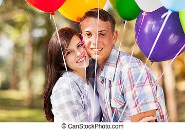 romanticos, par adolescente, ao ar livre
