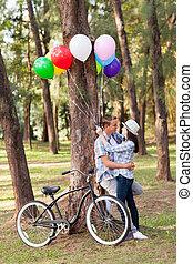 romanticos, par adolescente, em, a, floresta