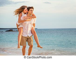 romanticos, par feliz, praia, em, pôr do sol, homem mulher,...