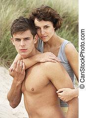romanticos, par jovem, abraçar, ligado, praia