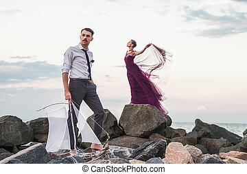 romanticos, relaxante, observar, par, jovem, praia ocaso