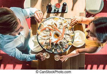 romanticos, restaurante, par, jovem, jantar, trendy, durante, brindar, feliz