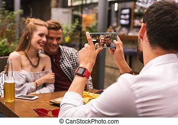 romanticos, sendo, par, seu, enquanto, sorrindo, amigo, fotografado