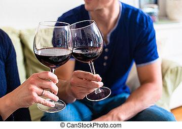 romanticos, sentando, par, jovem, enquanto, th, brindar, vinho tinto