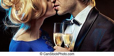 romantikus összekapcsol, csókolózás, és, ivás, pezsgő