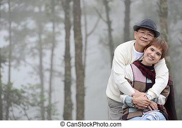 romantikus összekapcsol, szabadban, portré, idősebb ember, boldog