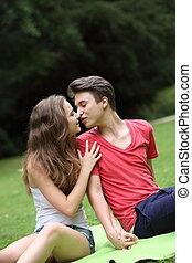 romantikus, fiatal, tízenéves összekapcsol, csókolózás