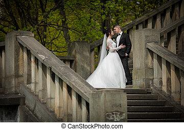 romantikus, lövés, közül, newlywed, férj feleség, ölelgetés, képben látható, öreg, lépcsőház, szabadban