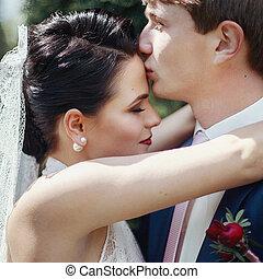 romantikus, newlywed, összekapcsol megcsókol, és, ölelgetés, dísztér, closeup