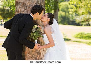 romantikus, newlywed, összekapcsol megcsókol, dísztér
