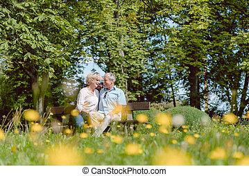 romantikus, senior összekapcsol, szerelemben, eredő, szabadban, alatt, egy, idillikus, névérték