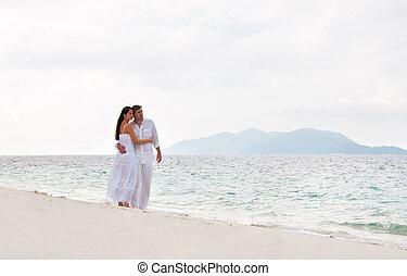romantikus, young párosít, közel, a, tengerpart