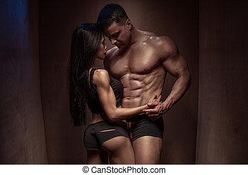 romantique, bois, couple, contre, mur, musculation